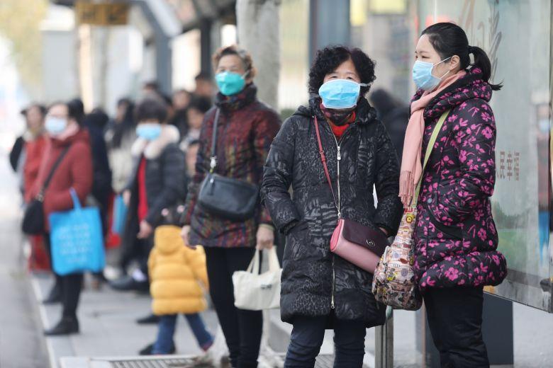 memakai masker untuk mencegah virus corona